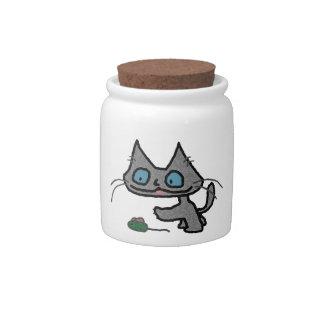 Gatito juguetón y su juguete del ratón platos para caramelos