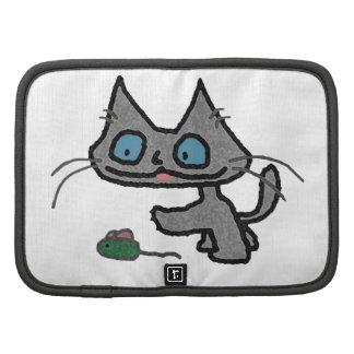 Gatito juguetón y su juguete del ratón organizador