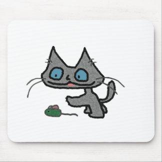 Gatito juguetón y su juguete del ratón tapetes de ratones