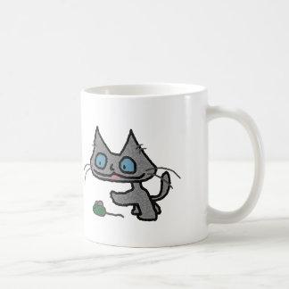 Gatito juguetón y su juguete del ratón taza