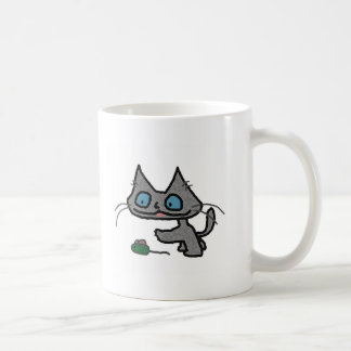 Gatito juguetón y su juguete del ratón taza de café
