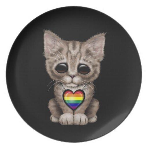 Gatito lindo con el corazón del orgullo gay del ar plato para fiesta