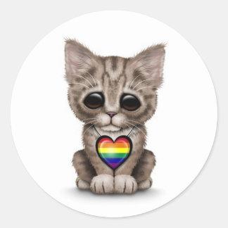 Gatito lindo con el corazón del orgullo gay del pegatina redonda