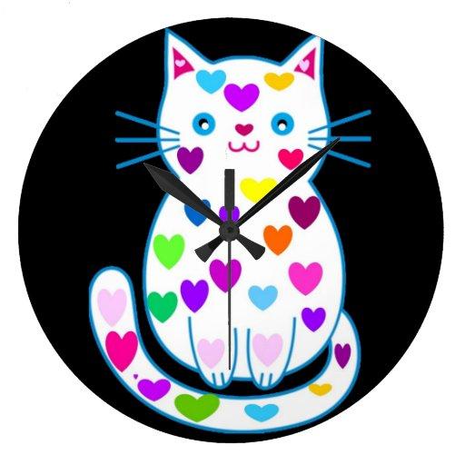Gatito lindo con el reloj redondo de los corazones