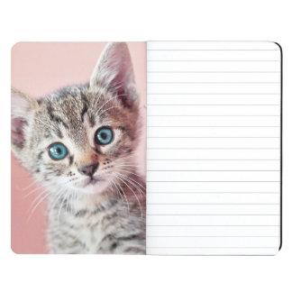 Gatito lindo con los ojos azules cuaderno grapado