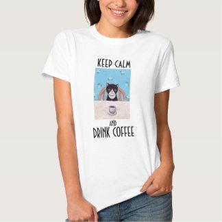 Gatito lindo de la camiseta del café del gato de playeras