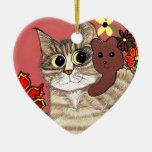 gatito lindo del dibujo animado que sostiene ornamento para reyes magos