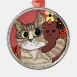 gatito lindo del dibujo animado que sostiene adorno