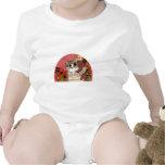 gatito lindo del dibujo animado que sostiene teddy camisetas