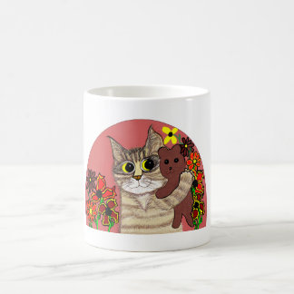 gatito lindo del dibujo animado que sostiene teddy tazas de café