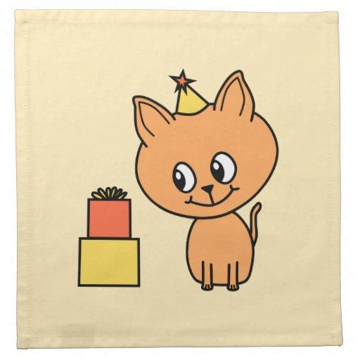 Gatito lindo del jengibre que lleva un sombrero de servilletas de papel
