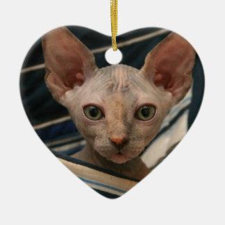 Gatito lindo del sphynx de los objetos curiosos adorno navideño de cerámica en forma de corazón