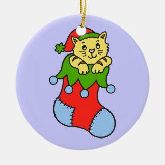 Gatito lindo en el almacenamiento del navidad adorno redondo de cerámica