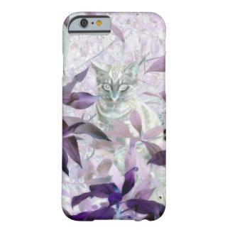 Gatito lindo en los arbustos, arte abstracto funda de iPhone 6 barely there