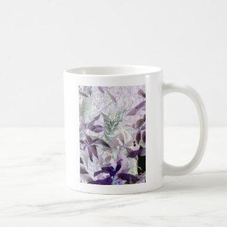 Gatito lindo en los arbustos, arte abstracto taza de café