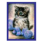 Gatito lindo que hace punto con hilado postal
