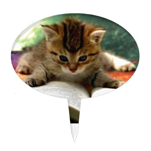 Gatito lindo que lee un libro decoraciones de tartas