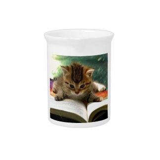 Gatito lindo que lee un libro jarra para bebida
