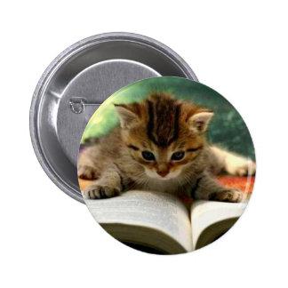 Gatito lindo que lee un libro pin redondo de 2 pulgadas