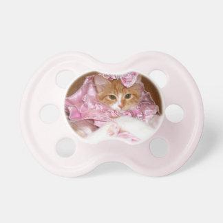 Gatito lindo que lleva el pacificador rosado del v chupetes para bebés