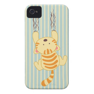 Gatito lindo que rasguña la zarzamora de la iPhone 4 Case-Mate cobertura