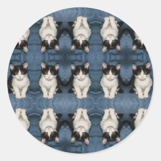 gatito multi del poco pegatina redonda