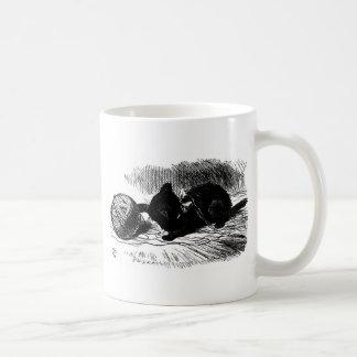 Gatito negro con las ilustraciones de la guita taza básica blanca