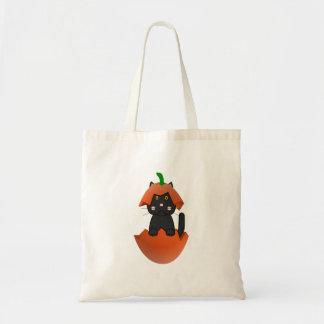 Gatito negro en una calabaza bolsas lienzo
