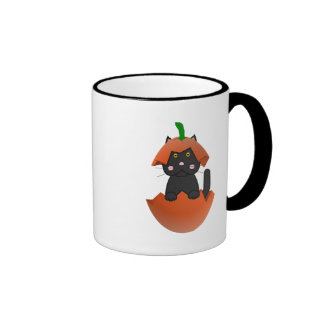 Gatito negro en una calabaza taza de café