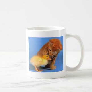 Gatito que acaricia chicklet taza básica blanca