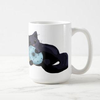 Gatito que come la taza del buñuelo