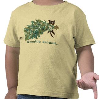 Gatito que cuelga alrededor del árbol de navidad camiseta