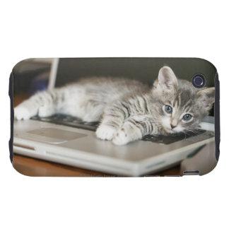 Gatito que descansa sobre el ordenador portátil tough iPhone 3 carcasa