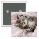 Gatito que duerme en la toalla pin cuadrado