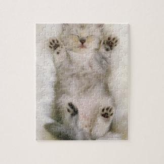 Gatito que duerme en una alfombra mullida blanca,  puzzle con fotos