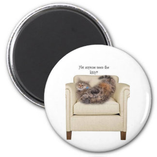 Gatito que duerme en una silla imán redondo 5 cm