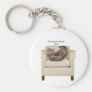 Gatito que duerme en una silla llavero redondo tipo pin