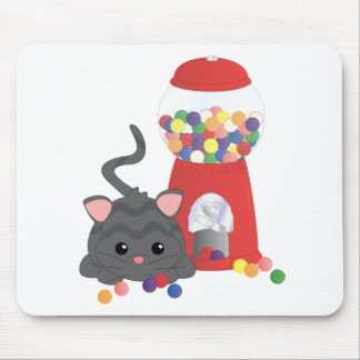 Gatito que juega con Gumballs Alfombrillas De Raton