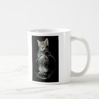 Gatito que mira hacia fuera taza clásica