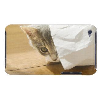 Gatito que oculta en bolsa de papel barely there iPod carcasa