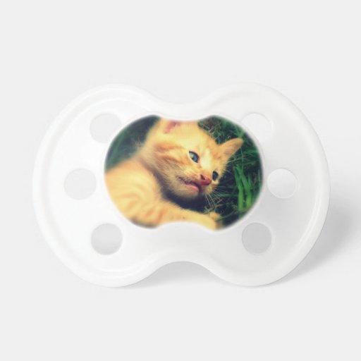Gatito rayado amarillo adorable chupete de bebe