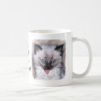 Gatito siamés con la lengua hacia fuera taza