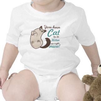 Gatito siamés sorprendido con el juego de palabra trajes de bebé