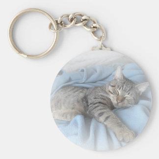 Gatito soñoliento llavero redondo tipo pin