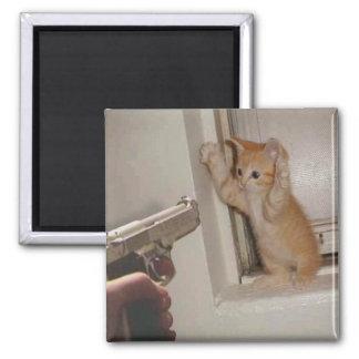 ¡Gatito sostenido a punta de pistola! Imanes Para Frigoríficos