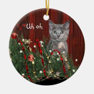 Gatito travieso del navidad adorno navideño redondo de cerámica