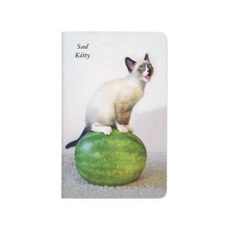 Gatito triste en el diario de la sandía cuadernos grapados