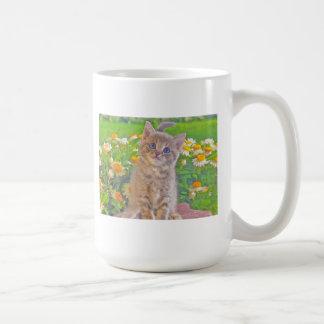 Gatito y flores taza clásica
