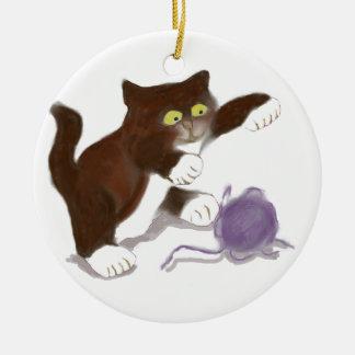 Gatito y la bola púrpura del hilado