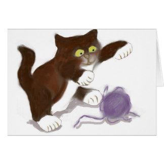 Gatito y la bola púrpura del hilado tarjeta de felicitación